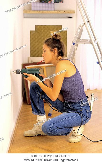 DO-IT-YOURSELF - RENOVATION - TOOLS - PROFESSION - ACCOMODATION - DRILL - WOMAN - EQUALITY - ARCHITECTURE - PEOPLE - LEISURE - YOUNG PEOPLE - CONSTRUCTION ASA ©...