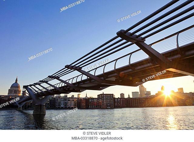 England, London, The city, Millenium Bridge, the Thames, sunrise