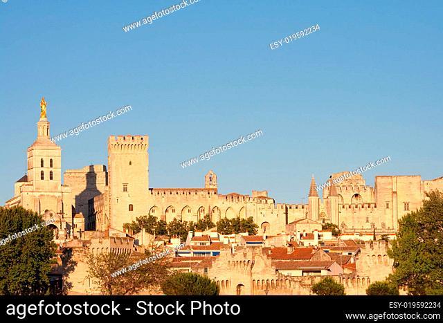 Palais des Papes in Avignon mit Stadtmau