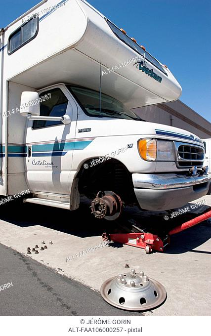 Motor home having a tire changed