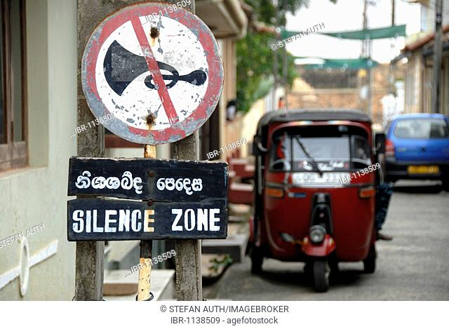 Sign, honking forbidden, silence zone, in front of auto rickshaw, tuk-tuk, Fort Galle, Ceylon, Sri Lanka, South Asia, Asia