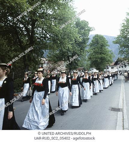 Oberbayern, Landkreis Miesbach, Gemeinde Schliersee, 1980er. Trachtenparade. Upper Bavaria, Miesbach county, municipality of Schliersee, 1980s