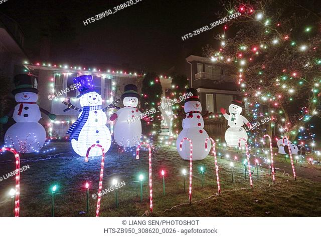 (171208) -- VANCOUVER, Dec. 8, 2017 () -- Photo taken on Dec. 7, 2017 shows a house decorated with Christmas lights for the upcoming biggest holiday season of...