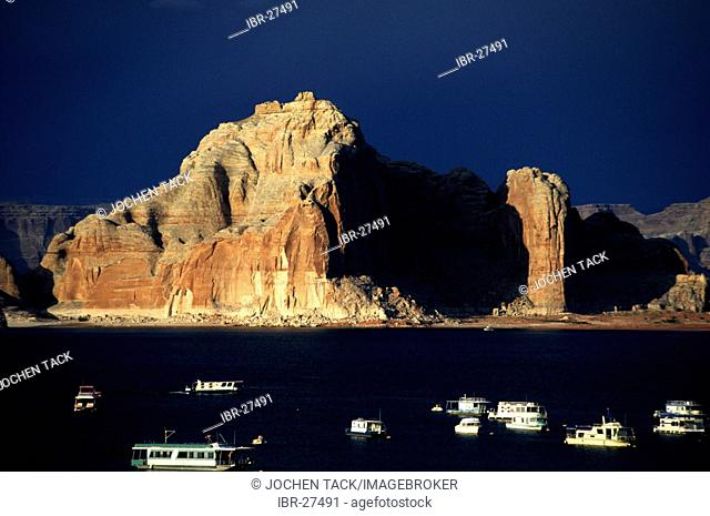 USA, United States of America, Arizona: Lake Powell, flooted canyon by the Colorado river