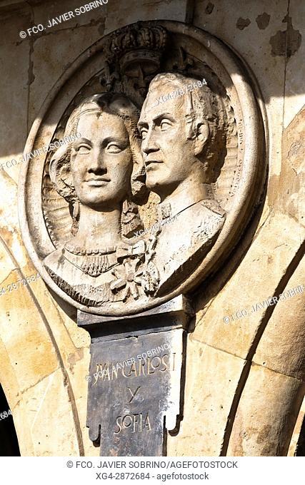 Medallón de los reyes Juan Carlos I y Sofía. Plaza Mayor. Salamanca. Castilla-León. España. Europa