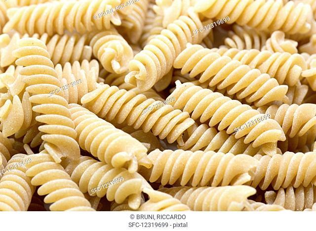 Whole grain fusilli (close-up)