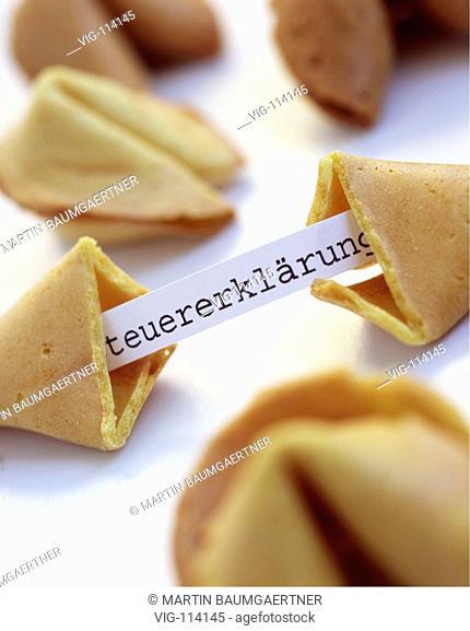 Small piece of paper - Steuererklaerung - next to fortune cookies. Symbol: small/short tax return form. - 05/09/2005