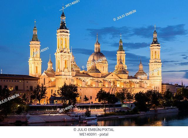 night shot of the Basilica del Pilar in Zaragoza