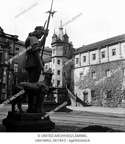Wächterfigur im Innenhof vom Schloß in Dessau, Deutschland 1930er Jahre. Guardian sculpture at the courtyard of the castle at Dessau, Germany 1930s