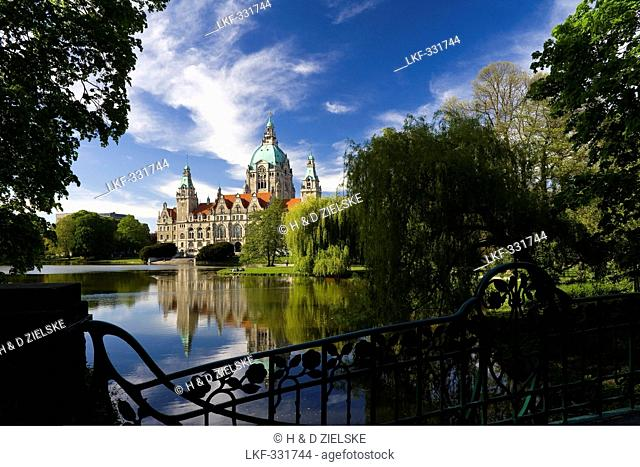 View of the New City Hall over the Lake Maschsee, architect Hermann Eggert, Maschpark, Hannover, Lower Saxony, Germany, Europe