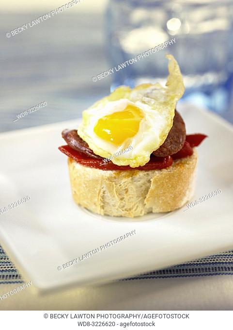 montadito de huevos de codorniz, chorizo y pimiento del piquillo / montadito of quail eggs, chorizo ??and piquillo pepper