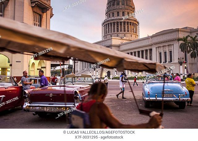 Street scene in Parque Central, in background Capitol Building, El Capitolio, Centro Habana District, La Habana, Cuba
