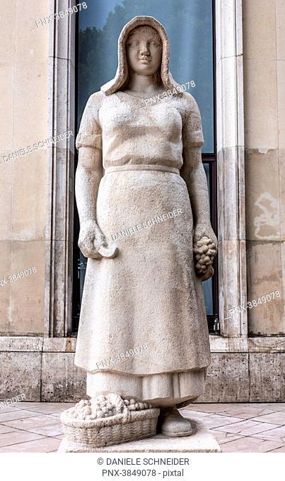France, 16th arrondissement of Paris, Palais de Tokyo, sculpture by Pierre Vigoureux La Vendangeuse (1937)