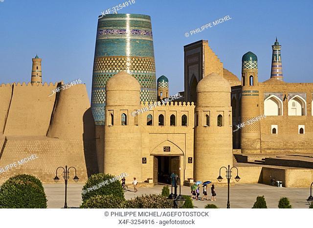 Ouzbekistan, Khiva, patrimoine mondial de l UNESCO, entree de la forteresse Ark et le Minaret innacheve Kalta Minar / Uzbekistan, Khiva, Unesco World Heritage