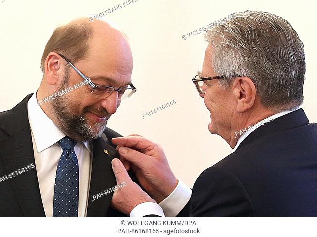 German President Joachim Gauck (r) awards Martin Schulz, President of the EU Parliament (SPD), with the Knight Commander's Cross of the Order of Merit of the...