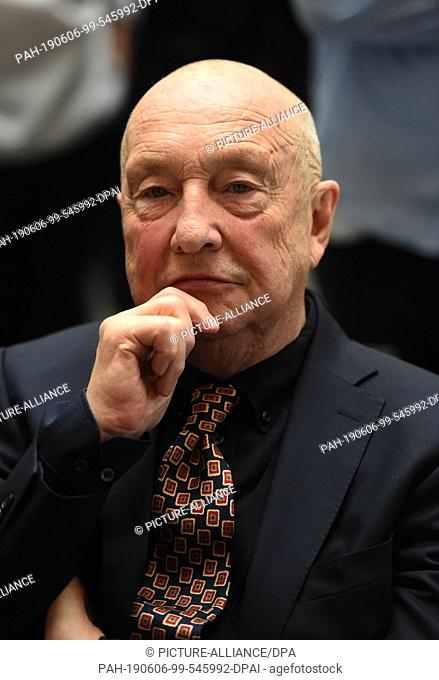 06 June 2019, Bavaria, Munich: After a photo session, the artist Georg Baselitz sits in the Pinakothek der Moderne. The painter and sculptor Georg Baselitz...