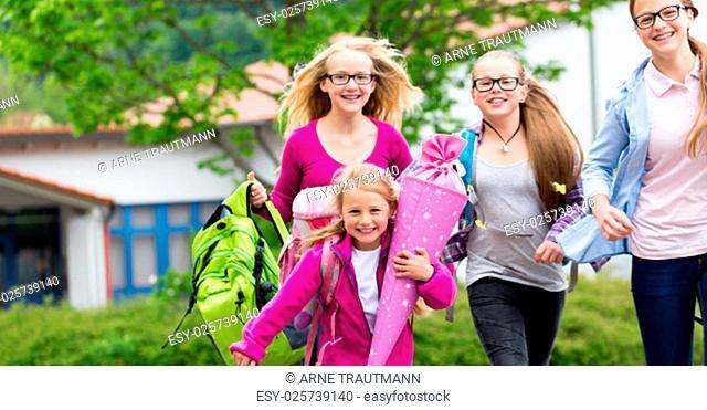 Schüler vor Schule laufen in die Schulpause