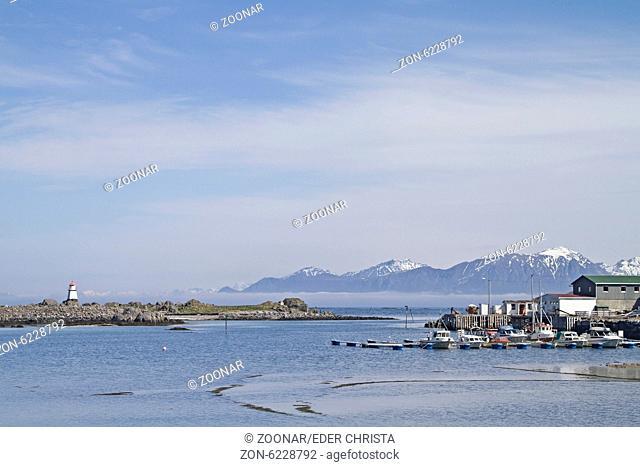 Nordspitze der Insel Gimsoy mit Leuchtturm und Fischfabrik