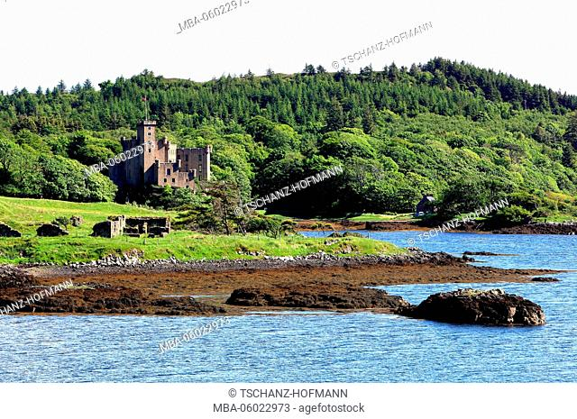 Scotland, the Inner Hebrides, Isle of Skye, Duirinish peninsula, landscape and the Dunvegan Castel