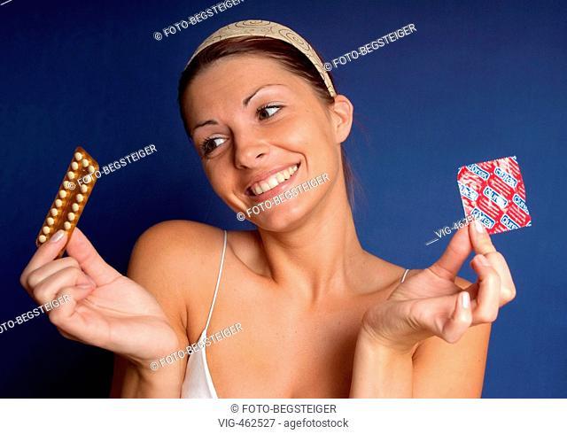 Frau mit Pillenpackung und Kondom, Verh³tung - woman with birth controll pill and condom - 24/06/2007