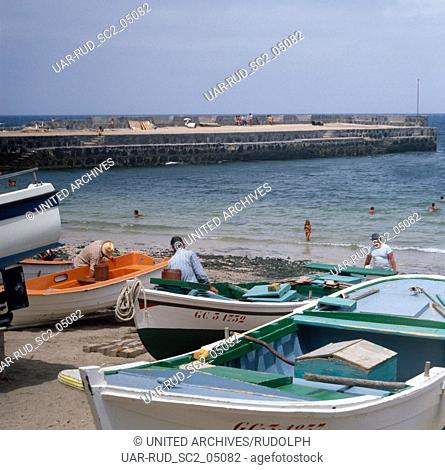 Fischerboote im Hafen vom Fischerdorf La Caleta auf der Kanarischen Insel Lanzarote, Spanien 1980er Jahre. Fishing boats in the harbor of fishing village of La...