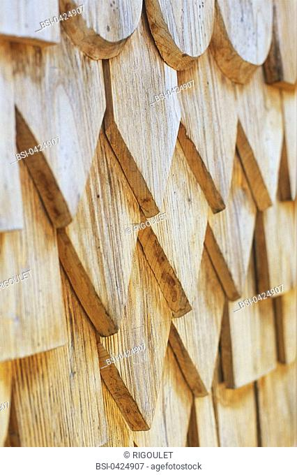 Roof covering in common larch shingle wood slats used as tiles