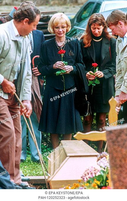 Liselotte Pulver (M) at the funeral of her husband, actor Helmut Schmid on 22 July 1992 at the cemetery in Perroy (Switzerland)