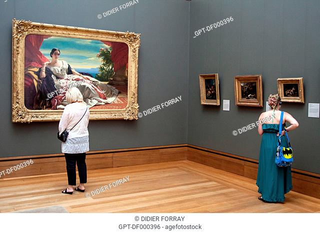VISITORS LOOKING AT PAINTINGS IN AN EXHIBITION HALL IN THE JOHN PAUL GETTY MUSEUM, GETTY CENTER, LOS ANGELES, CALIFORNIA, UNITED STATES, USA