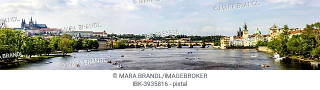 Vltava river with Charles Bridge, Karluv most, and Prague Castle, UNESCO World Heritage Site, Prague, Czech Republic