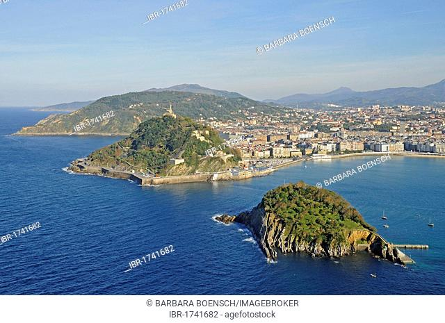 Mt Monte Urgull, Santa Clara, small island, La Concha, bay, beach, view from Mt Monte Igueldo, San Sebastian, Pais Vasco, Basque Country, Spain, Europe