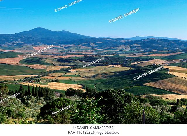 06/29/2018, Italy, Radicofani: View from a terrace in Montepulciano over the Orcia valley in Tuscany in Italy. Photo: Daniel Gammert / dpa-Zentralbild / ZB  ...