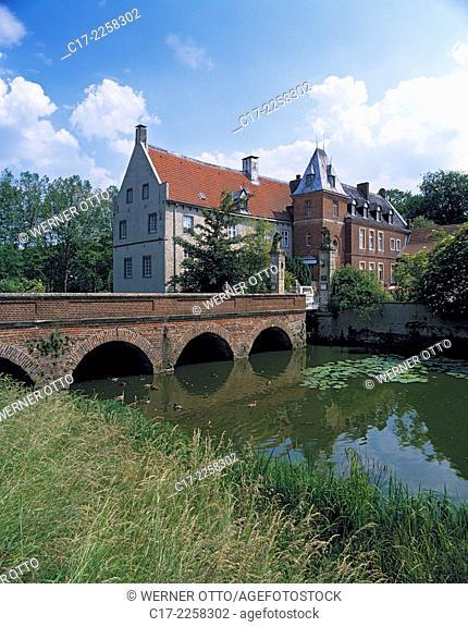 D-Senden (Westfalen), Muensterland, Westfalen, Nordrhein-Westfalen, NRW, Schloss Senden, Wasserschloss an der Stever, Schlossbruecke, Wassergraben