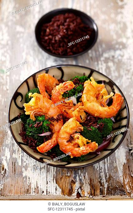Deep-fried prawns on broccoli and red rice