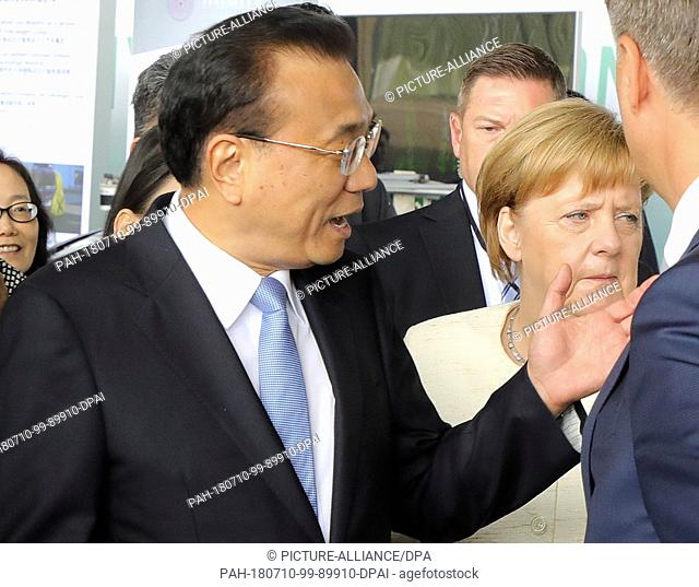 10 July 2018, Germany, Berlin: Li Keqiang (L), Premier of the People's Republic of China, and German Chancellor Angela Merkel of the Christian Democratic Union...