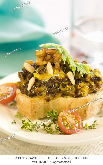Montadito de revuelto de morcilla con pasas, piñones y manzana / Montadito of scrambled black pudding with raisins, pine nuts and apple