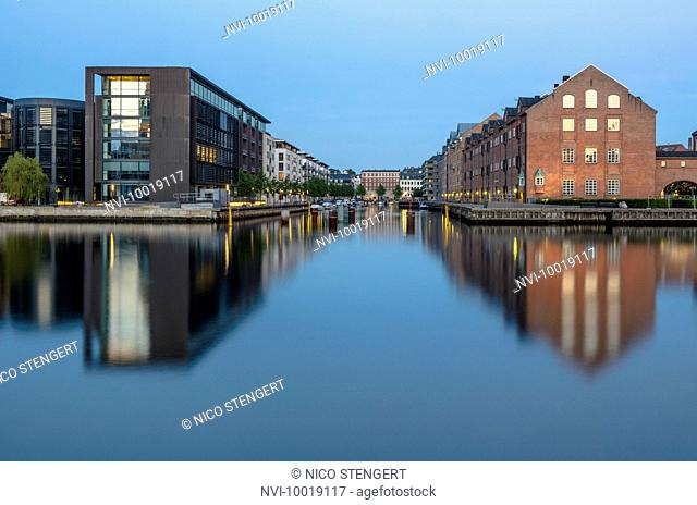 Nordea Bank headquarters next to old warehouses in Christianshavn seen from Slotsholmen, designed by the architect Henning Larsen, Inderhavn, Copenhagen