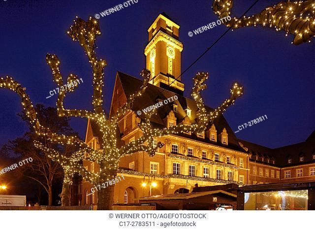 Germany, Bottrop, Ruhr area, Westphalia, North Rhine-Westphalia, NRW, Christmas fair on the Ernst Wilczok Square, town hall, evening mood, blue hour