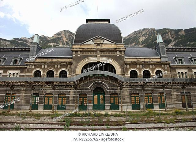 The disused railway station of Canfranc in the Pyrenees, Spain. Built 1902-1927, closed in 1970 | usage worldwide. - Canfranc/Spanien