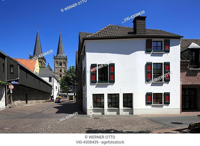 D-Xanten, Rhine, Lower Rhine, North Rhine-Westphalia, NRW, Bahnhof Street, West Wall, residential building, in the background the Saint Victor Cathedral -...