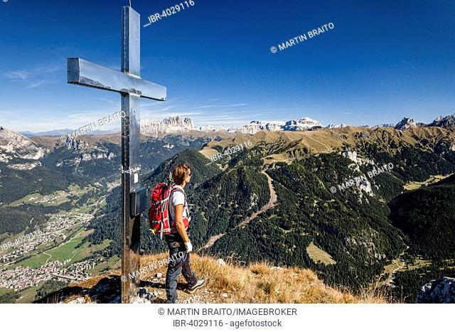 Mountaineer on the summit of Cima Dodici, Sas da le Doudesh in the Val San Nicolo di Fassa, in the back of the Langkofel and Plattkofel and the Sella group...