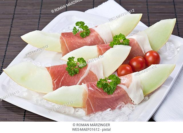 Melon slices with Parma ham on crushed ice