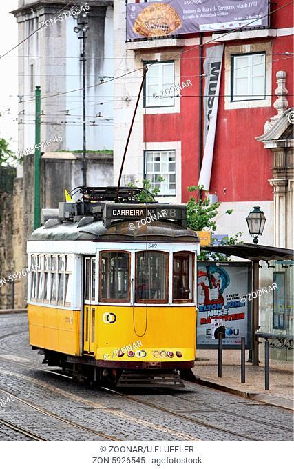 Ein Tram in der Altstadt von Alfama in Lissabon in der Hauptstadt von Portugal in Europa