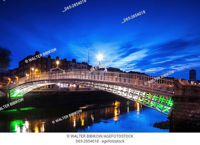 Ireland, Dublin, Hapenny Bridge over the River Liffey, dawn