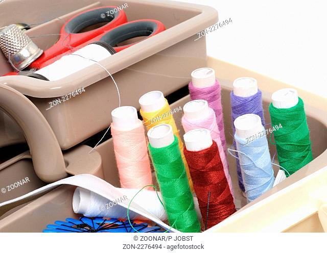 Nähkästchen mit verschiedenen Nähfäden / Sewing basket with several threads