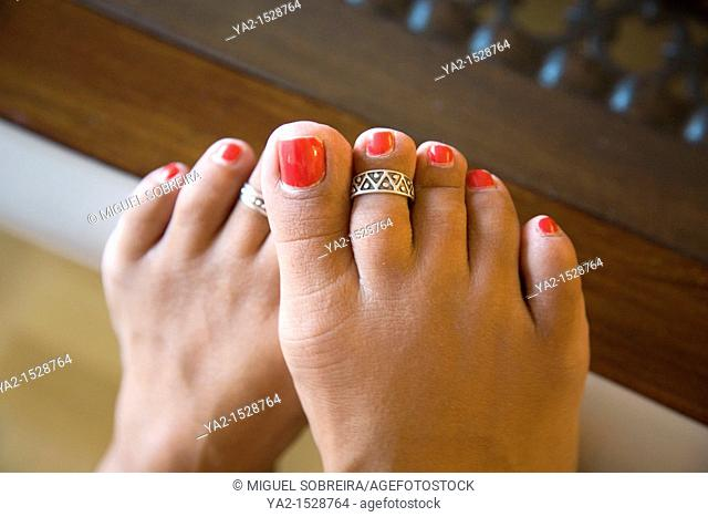 Toes with toe rings on