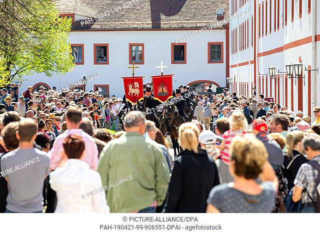 21 April 2019, Saxony, Panschwitz-Kuckau: The Easter riders arrive at the Sankt Marienstern monastery in Panschwitz-Kuckau
