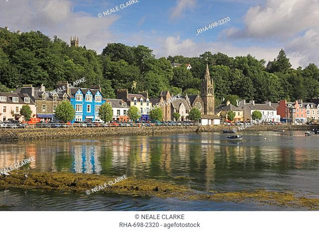 Multicoloured houses and small boats in the harbour at Tobermory, Balamory, Mull, Inner Hebrides, Scotland, United Kingdom, Europe