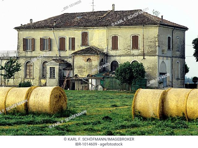 Typical farmstead in Emilia-Romagna, bales of straw on a field, near Busseto, Province of Parma, Italy, Europe