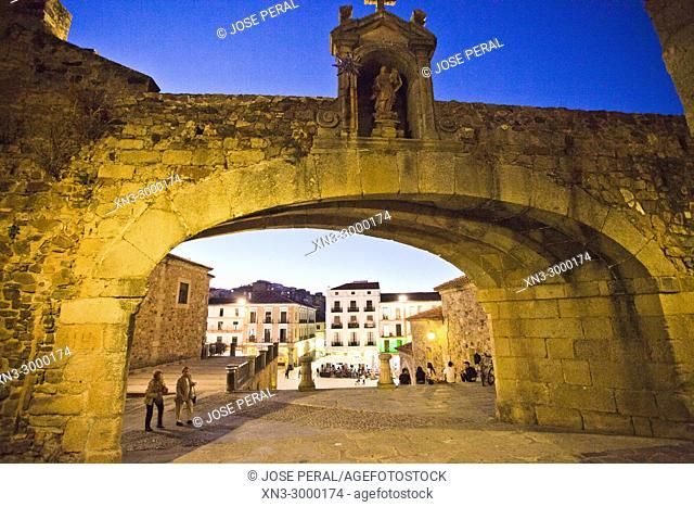 Arc of the Star, Arco de la Estrella o Puerta Nueva, Main square from Arc of the Star Street, Plaza Mayor, Old Town of Cáceres, medieval town