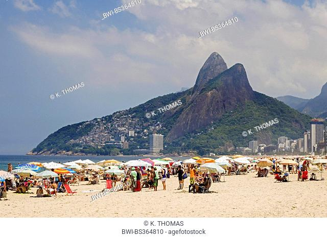 people on Ipanema beach with the mountains Dois Irmãos (two brothers) in the background, Brazil, Rio de Janeiro, Ipanema